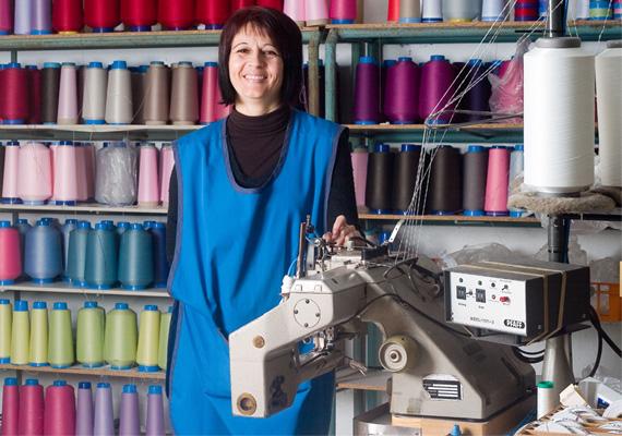Visites de l'atelier: Véronique devant sa Machine